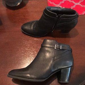 Vionic black leather booties sz10